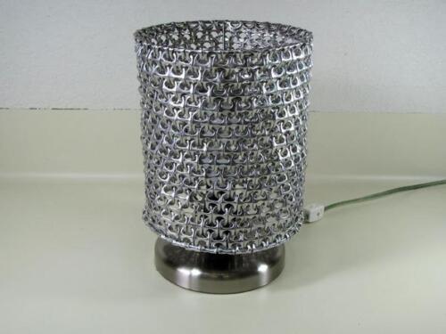 pantalla-de-lampara-hecha-con-chapitas-de-latas